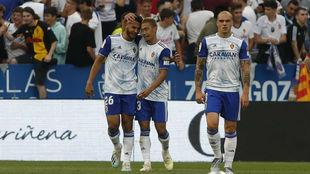 Luis Suárez se abraza con Kagawa en el partido ante el Extremadura