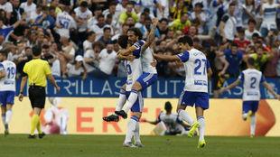 Javi Ros y Eguaras se abrazan tras un gol del Real Zaragoza.