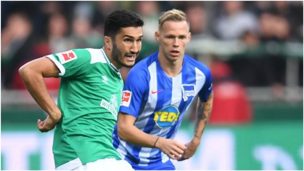 Nuri Sahin pasa el balón ante Ondrej Duda, del Hertha.