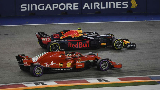 Verstappen supera a Vettel, en el GP de Singapur 2018.