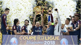 Mbappé levanta la Copa de la Liga ganada por el PSG en 2018.