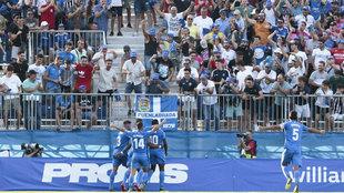 Los jugadores del Fuenlabrada celebran un gol en casa.