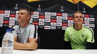 El técnico del Ferencvaros, Rebrov, y su portero, Dibusz.
