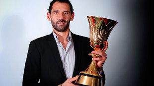 Jorge Garbajosa, presidente de la FEB, con la Copa del Mundial