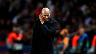 Zidane, con rostro serio esta noche en el Parque de los Príncipes.