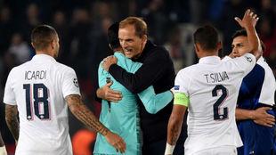Tuchel se abraza con Keylor al final del partido.