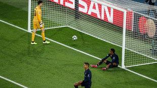 Varane y Militao, por los suelos tras el 3-0.