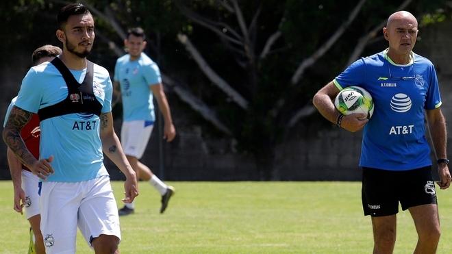 Jesús Zavala y José Luis Sánchez durante un entrenamiento con el Puebla.