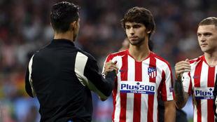 Joao Félix saluda a Ronaldo.