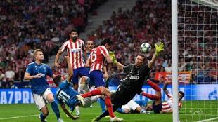 Savic anota el primer gol del Atlético.