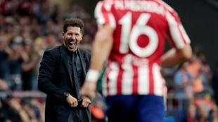 Diego Simeone festejando el gol de Héctor Herrera.
