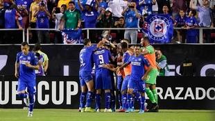 Cruz Azul festejando un gol ante los Tigres.