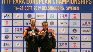 Eduardo Cuesta y Juan Bautista Pérez posan con sus medallas de...