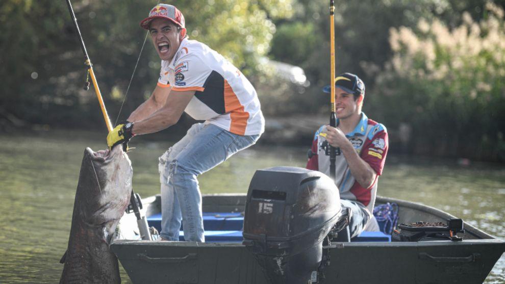 Álex y Marc Márquez, de pesca en la previa del GP de Aragón.