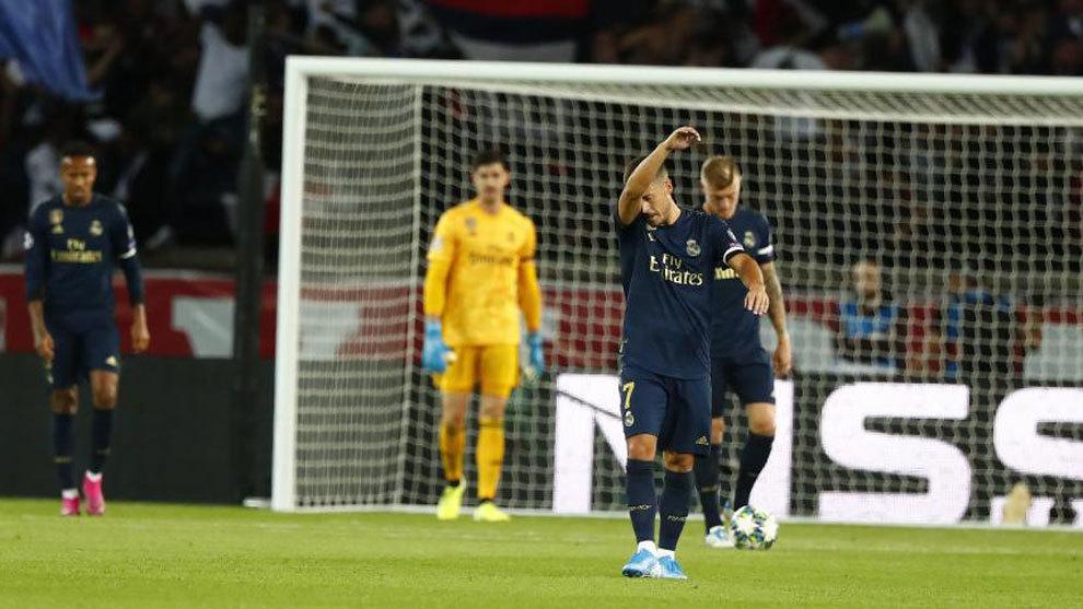 Los jugadores del Real Madrid, tras encajar uno de los tres goles ante...
