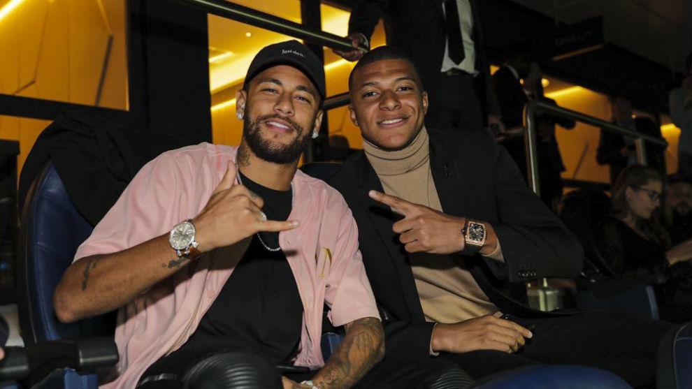 Neymar y Mbappé, en el palco durante el partido ante el Real Madrid.