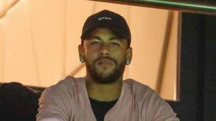 Neymar viendo el partido entre el PSG y el Real Madrid.