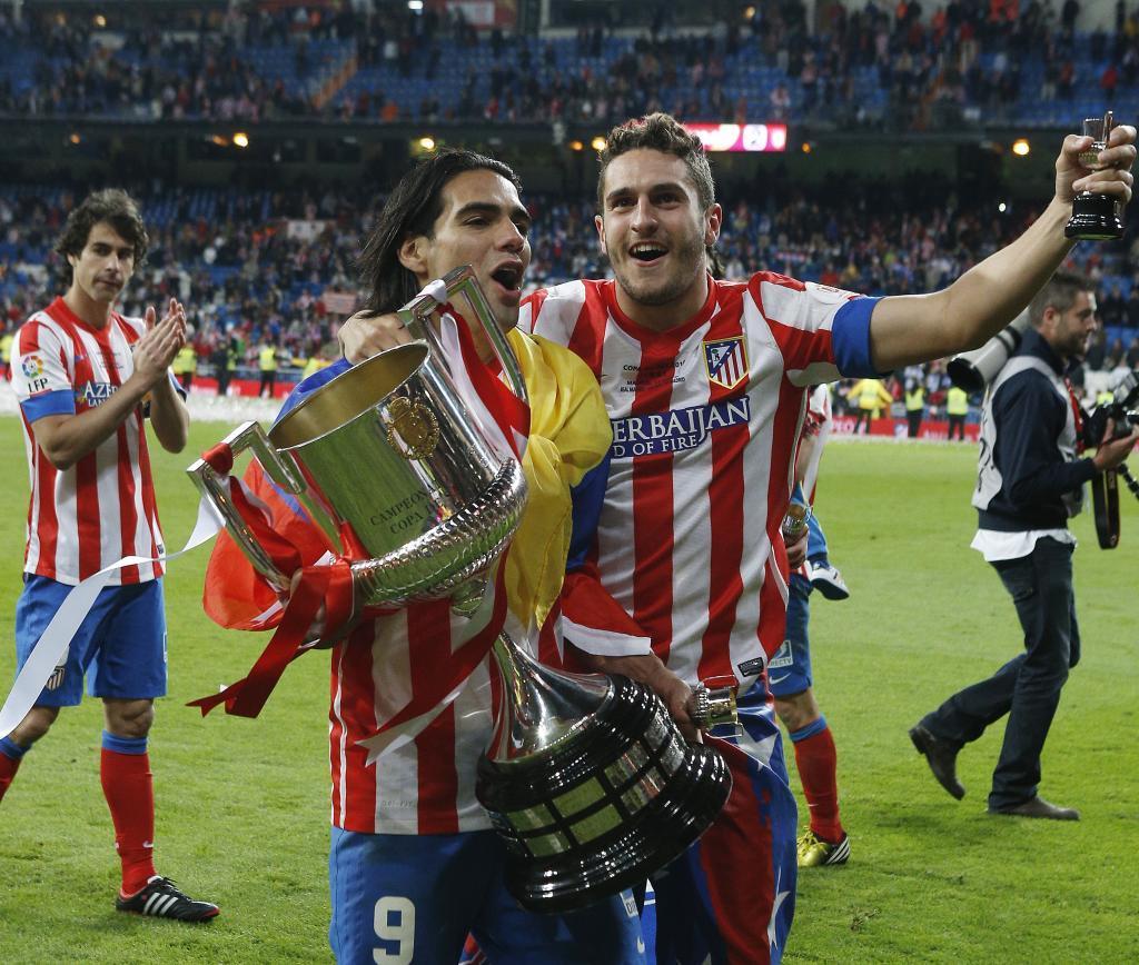 Koke y Falcao con la Copa ganada al Real Madrid