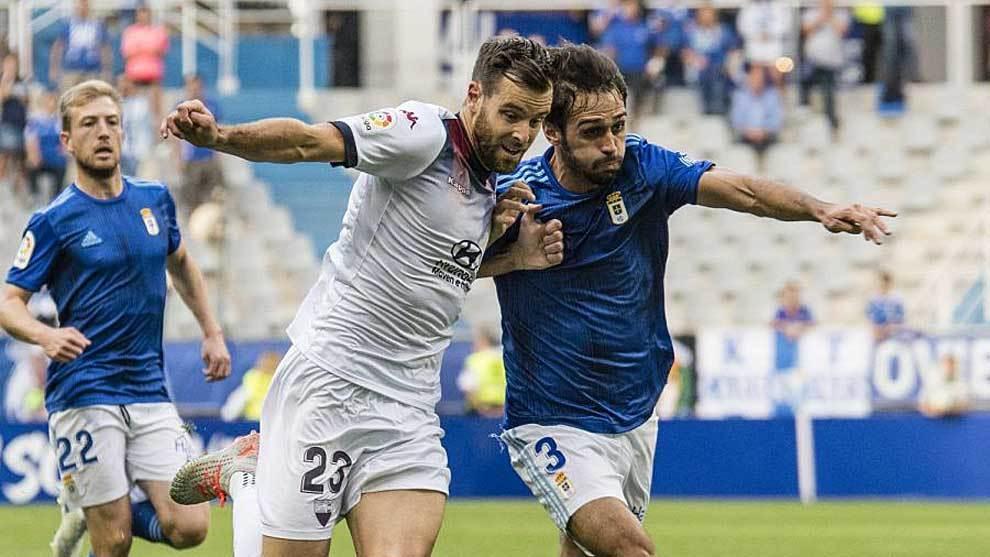 Álex López y Arribas pelean por un balón en presencia de Edu...