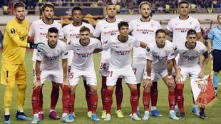 Los jugadores del Sevilla posan antes del inicio del encuentro en...