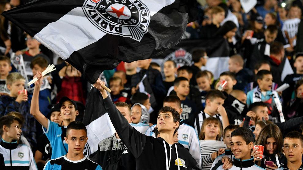 Las gradas del estadio del Partizan se llenaron de niños en el duelo...
