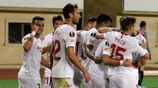 Los jugadores del Sevilla celebran la victoria conseguida ante el...