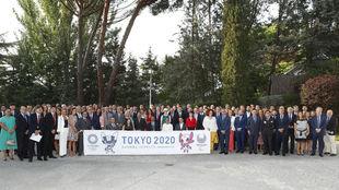 Deportistas y dirigentes, delante de la residencia del embajador de...