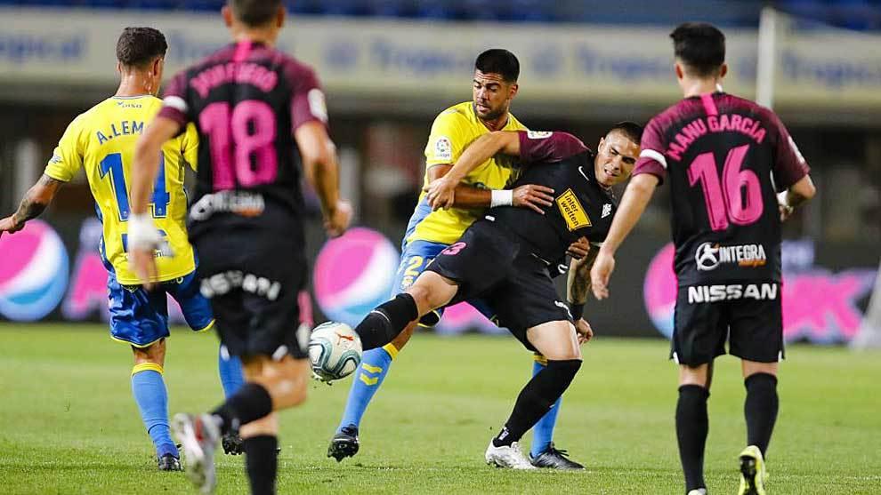 Aythami presiona y sujeta a Djurdjevic en un lance del partido del...