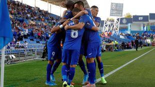 Los jugadores del Getafe celebran el gol de Angel