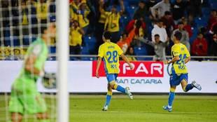Pedri celebra su primer gol como profesional, el que vale para la...