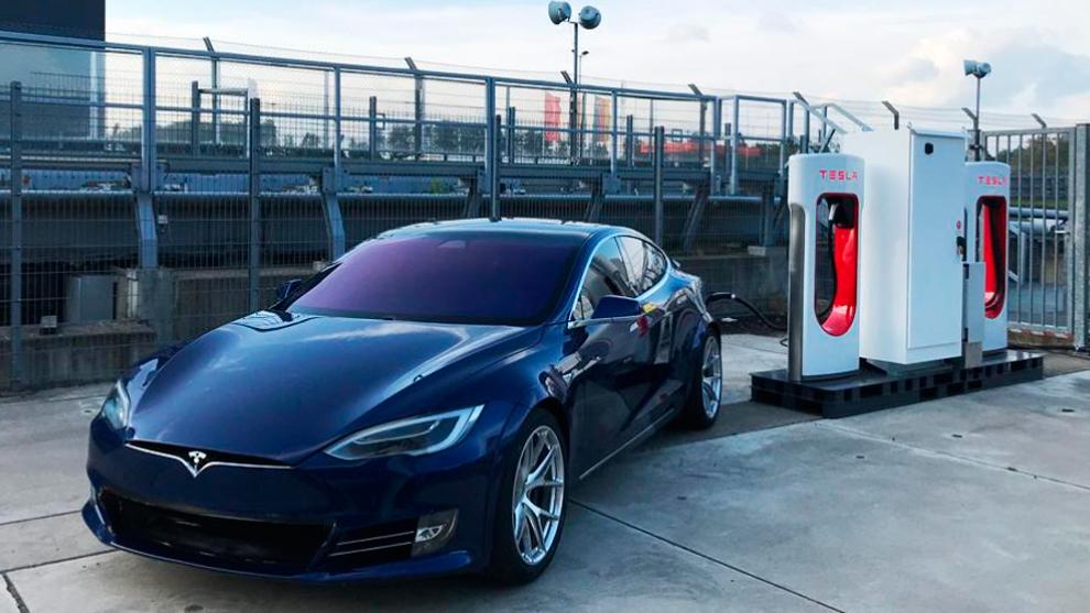 El Model S Plaid, en el supercargador instalado por Tesla en...
