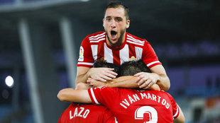 Vada salta sobre Lazo e Ivan Martos en la celebración de un gol.