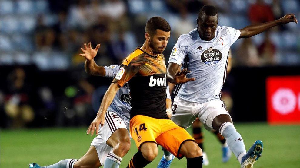 Pape Cheikh, intenta llevarse el balón ante el defensa del Valencia,...
