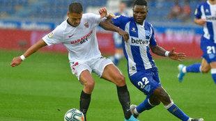 Javier 'Chicharito' Hernández, disputa un balón con el...