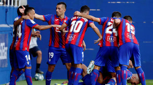 Los jugadores del Eibar celebran un gol contra el Espanyol.