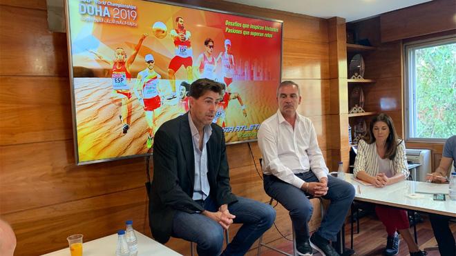 Raúl Chapado, a la izquierda, y José Peiró durante la presentación...