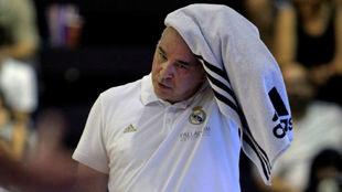Pablo Laso se seca el sudor durante un partido de pretemporada.