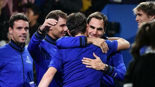Thiem se abraza con Federer a la conclusión de su partido