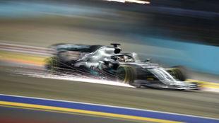 Lewis Hamilton, durante los Libres 2 en Singapur.