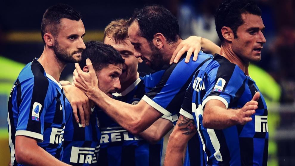 Godin felicita a Sensi después de un gol del Inter durante un partido...