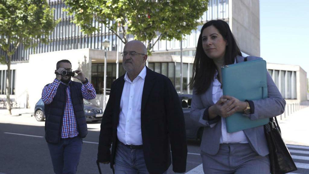 El ex jefe de los servicios médicos del Huesca, Juan Carlos Galindo...
