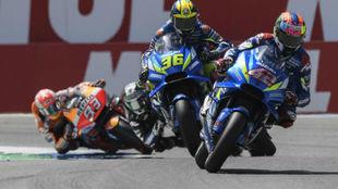 Rins y Mir, durante los test de ayer en MotoGP.