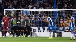 Los jugadores del Espanyol piden explicaciones, tras el tanto del...