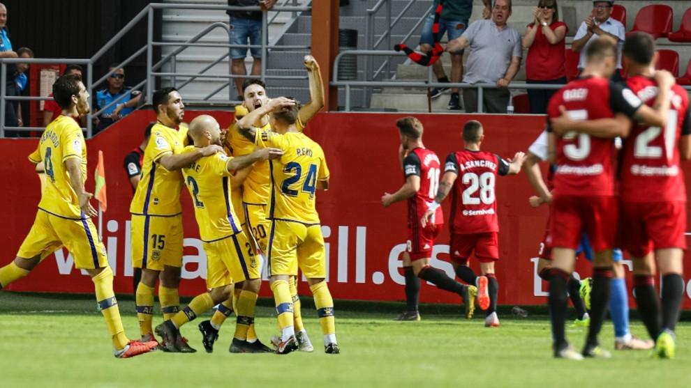 Jugadores del Alcorcón y del Mirandés tras marcar un gol