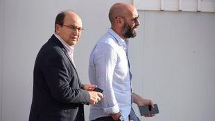 Monchi, seguido por el presidente del Sevilla.