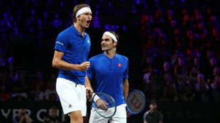 Zverev y Federer celebran un punto
