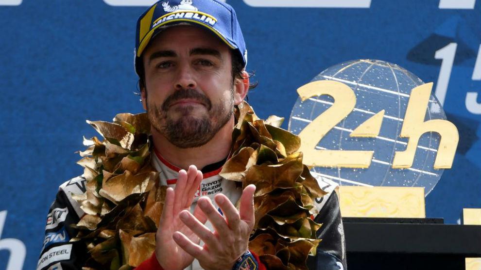 Alonso, celebrando sus segundas 24 Horas de Le Mans, y el título...