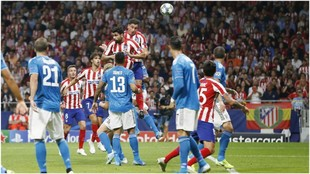 Giménez saltando para rematar un balón en el partido contra la Juve