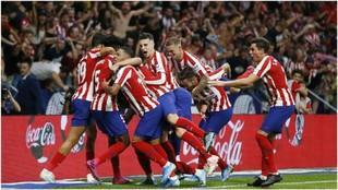 Los jugadores del Atlético celebran un gol ante el Eibar