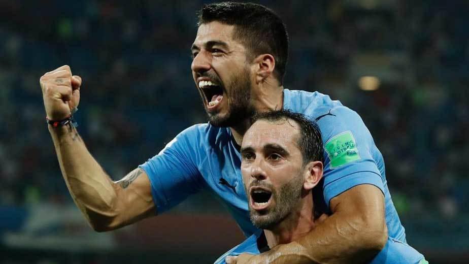 Suárez y Godín celebran un gol con Uruguay.